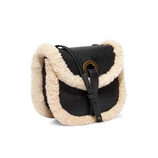 时髦又保暖 想把手伸进欧阳娜娜的毛绒包里