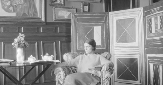 1923至1924年间,毕加索首任妻子在巴黎住所客厅的照片,背景墙面上挂有《自然·莫特》
