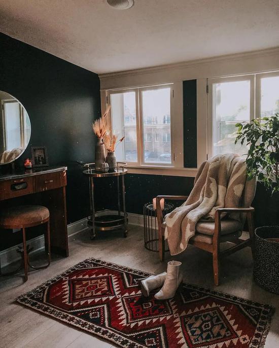黑屋子+老家具 她刚结婚就把家改成深色系?
