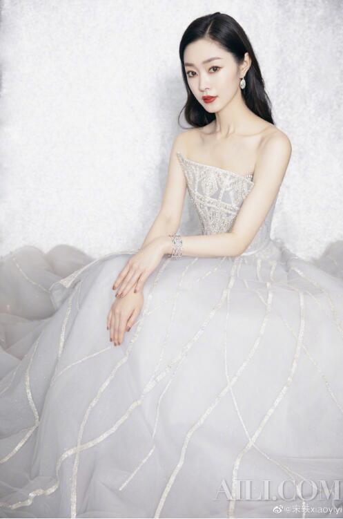Song Yibai becomes a light. You can catch the whitening season插图5