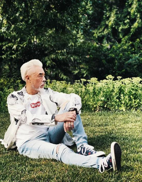 白t恤牛仔裤帆布鞋_跟白发爷爷学穿搭 老戏骨张双利最爱的四个品牌在这里|穿搭 ...