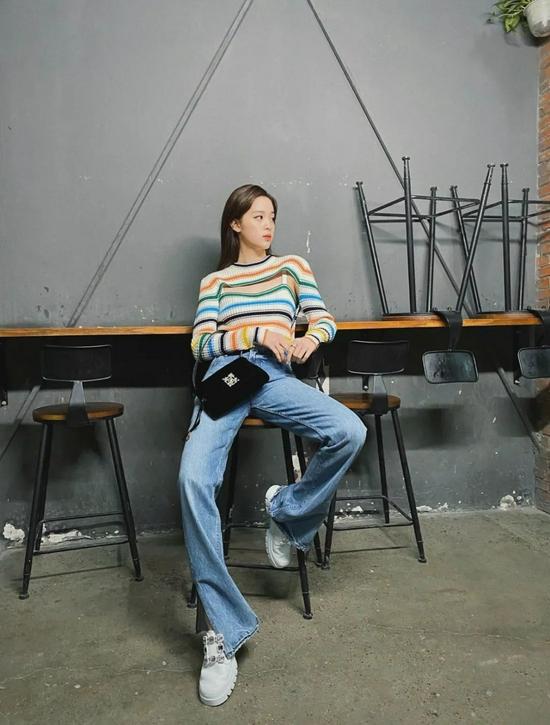 宋妍霏、欧阳娜娜的这条牛仔裤,把腿拉长了10cm!