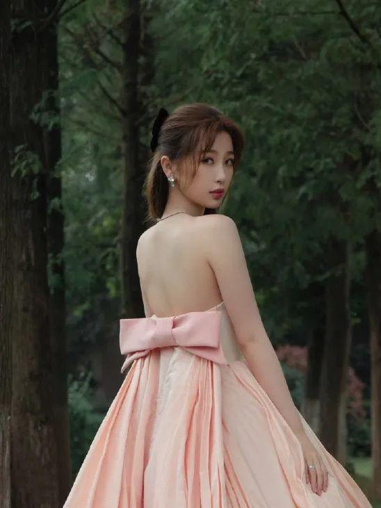 戴上蝴蝶结的虞书欣 可不就是在逃公主本人呢