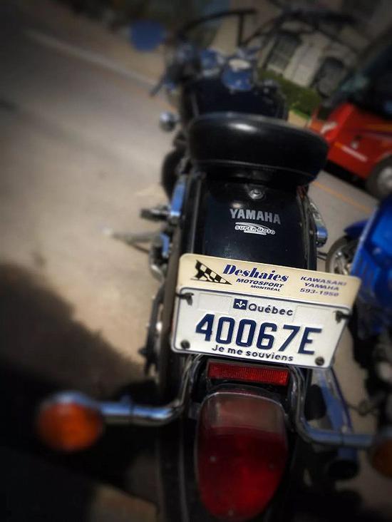 魁北克省的汽车牌照和摩托车牌照下方都发平等的一条龙小字