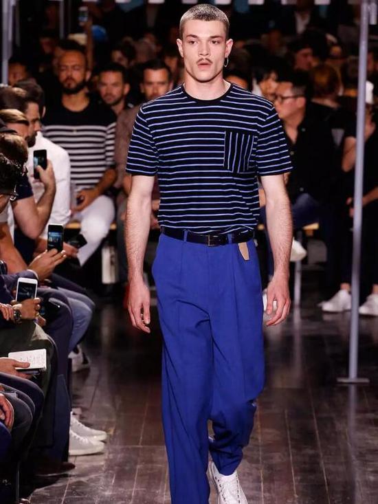 深蓝和白色的组成非常有高等感,又搭配上蓝色西裤简直可以横行整个时尚界。