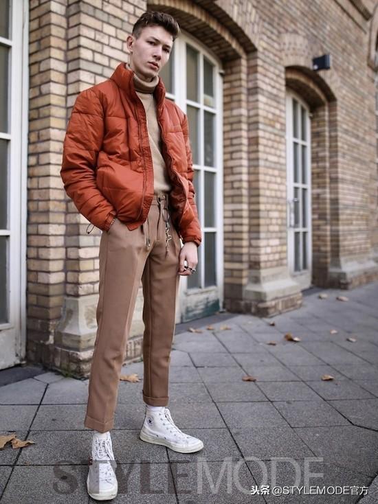 这种牛仔款式的九分裤也是值得一试的,为整体形象带来复古文艺气息。