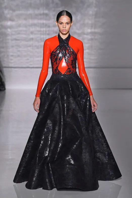 Waight Keller 为 Givenchy 设计的 2019 春季高定系列   图片来源:Giovanni Giannoni/WWD