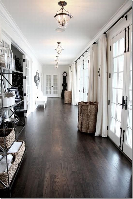 深色地板很容易显得室内昏暗 图片源自www.bloglovin. com