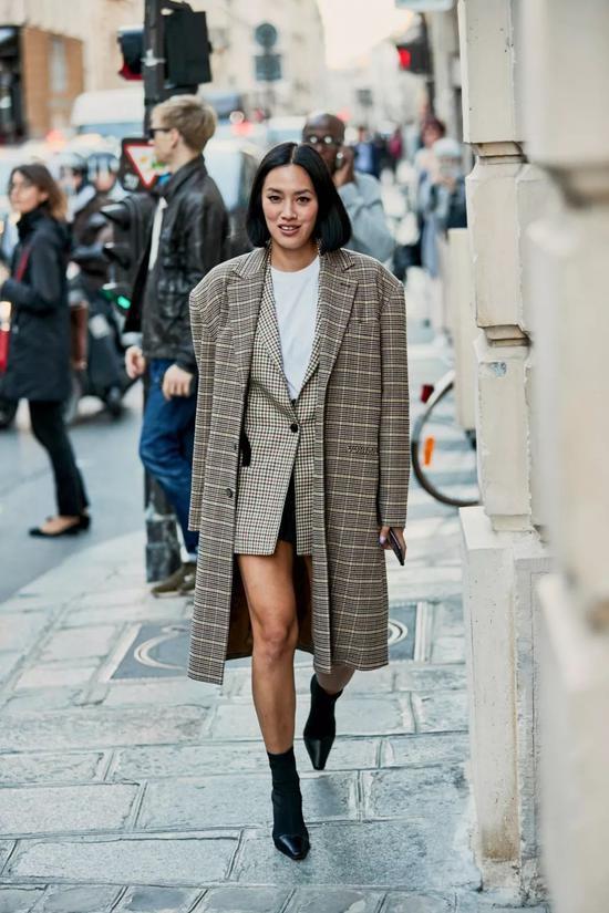 不同配色的苏格兰格纹外套搭配阔腿裤也能将英伦风玩出新的风尚,青春又活泼