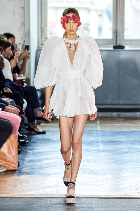 超模VC结婚竟然只穿了它 这个夏季你需要一条小白裙