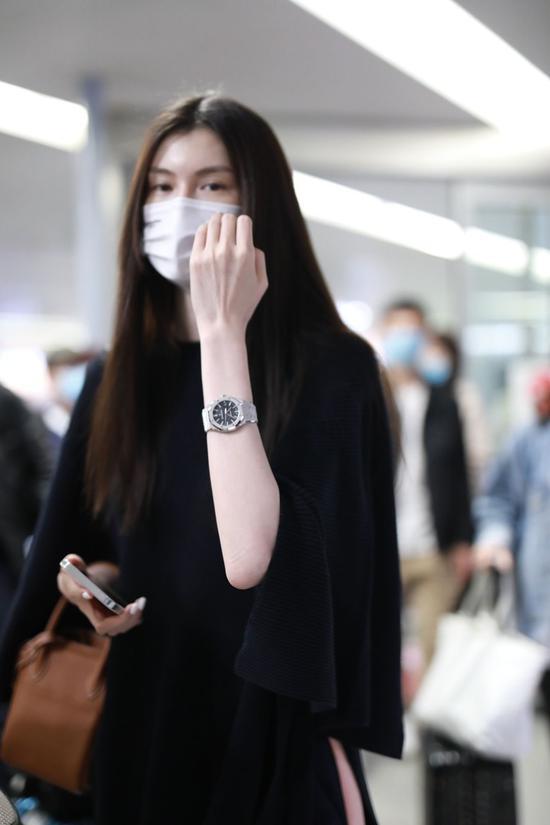 4月21日,何穗现身上海机场 包:Hermes