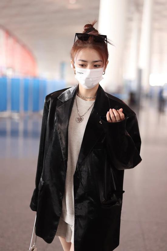 4月21日,徐璐现身北京机场