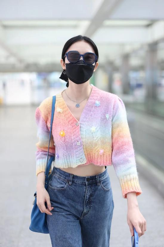 4月21日,张俪现身北京机场 开衫:Aimme Sparrow 包:Hermes
