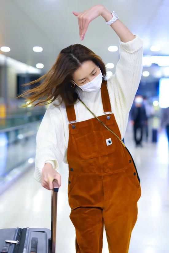 4月21日,刘雯现身北京机场 背带裤:Carhartt 鞋:Dr。 Martens