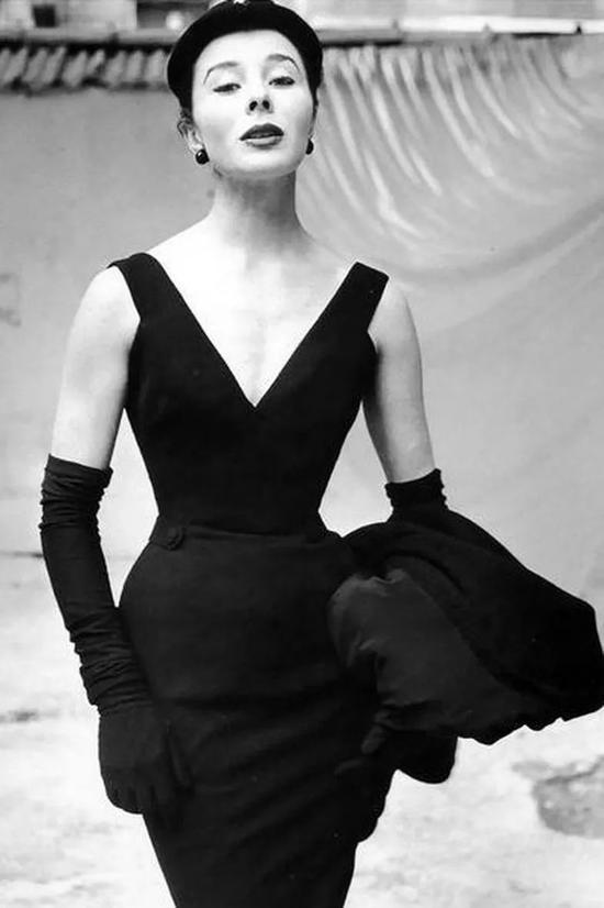 不爱碎花裙?那性感又好搭的小黑裙比较适合你