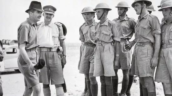 �二战时,热带作战的英国军队中即会望将长袖衬衣卷起的精兵及穿短袖衬衫的军事长官,贪图为1940年11月英国陆军大臣安东尼。艾登以埃及视察部队