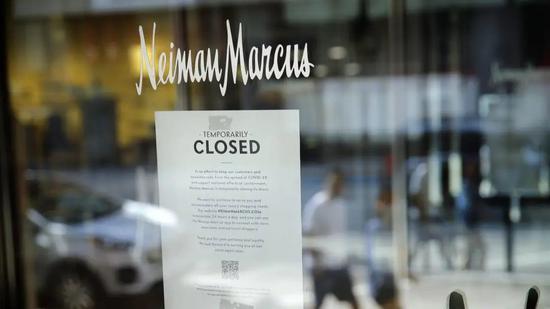 Neiman Marcus 部分店铺的玻璃门上已张贴了永久关闭的告示