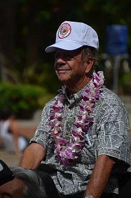 �同样号以2012年Aloha节省花车游行中穿着典型本地Aloha衫的男人,除非当夏威夷本地,Aloha衫才叫风加持而入选正装行列