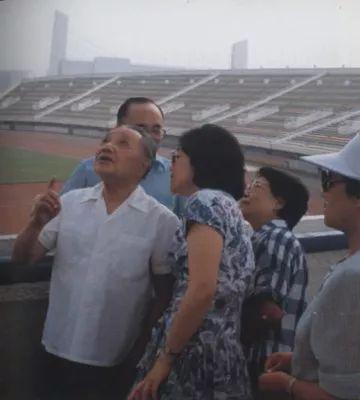 �1990年7月3天,邓小平视察北京亚运会体育场馆建设。
