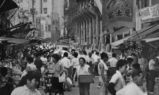 战后日本最大的'牛仔裤市场'—— 阿美横町集市   Via Zennosuke Yamamoto