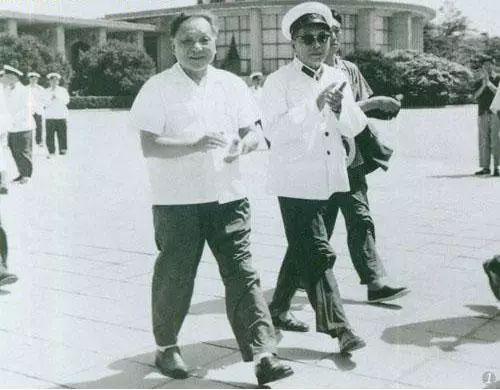 �1979年8月2天,邓小平视察海军部队。