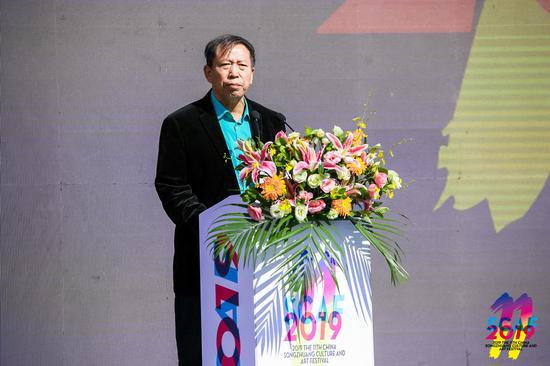 宋莊文化藝術節藝術家代表、宋莊國畫院副院長靳文藝在開幕式上發言