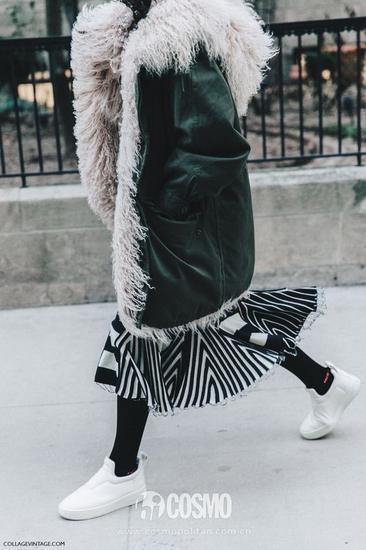 闊腿褲、裙子都可以用來搭配派克大衣