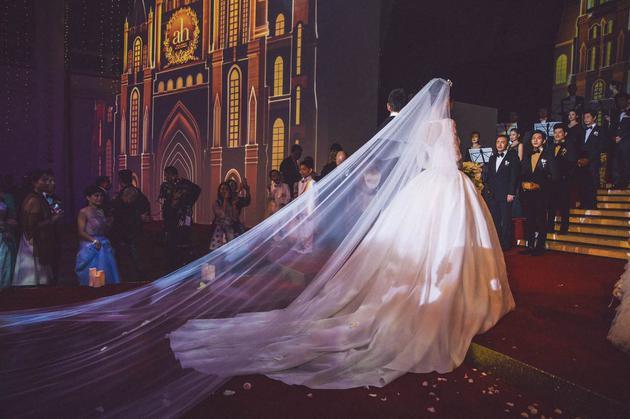 15年ah夫妇大婚,baby的婚纱是Dior为她量身设计的