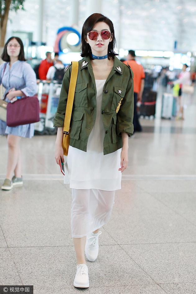 景甜中性外套配小白裙 神级混搭好抢眼 时尚潮流 第8张