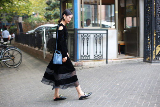 刘诗诗丝绒连衣裙灵动俏皮 黑色丝绒裙复古又不失少女感 时尚潮流 第9张