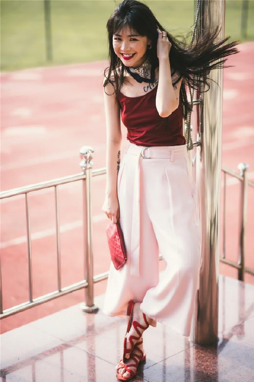 刘诗诗丝绒连衣裙灵动俏皮 黑色丝绒裙复古又不失少女感 时尚潮流 第10张