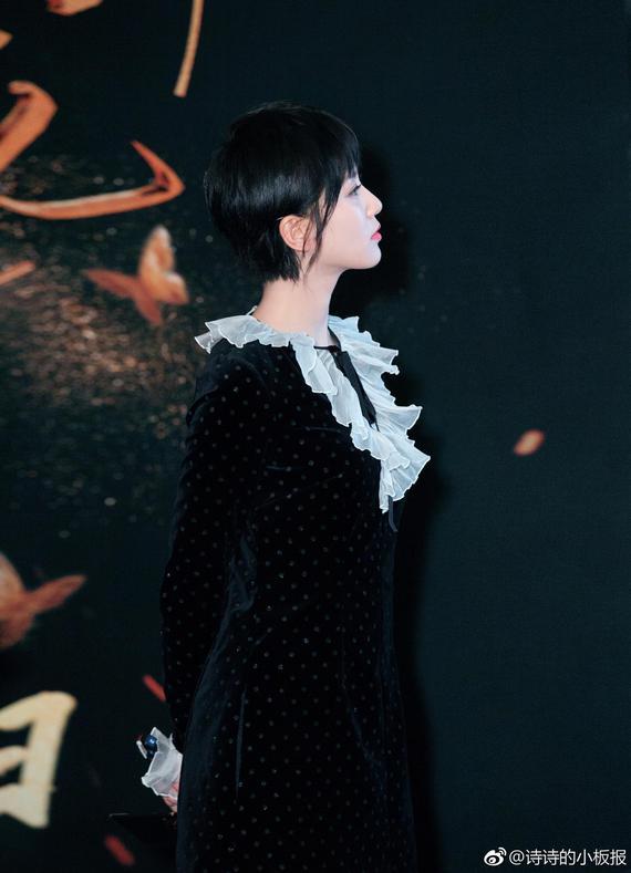 刘诗诗丝绒连衣裙灵动俏皮 黑色丝绒裙复古又不失少女感 时尚潮流 第5张