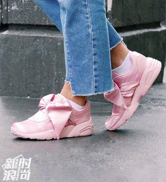 粉色的Puma Fenty丝绸打结运动鞋