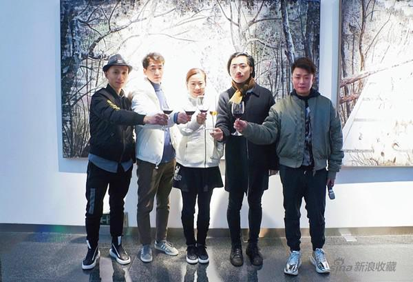 從左至右(策展人張長收、藝術家旁濱、iSGO CEO Maria、藝術家王海龍、iSGO Gallery 羅吟)