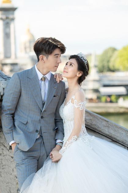 两人于巴黎拍摄的甜蜜婚纱照