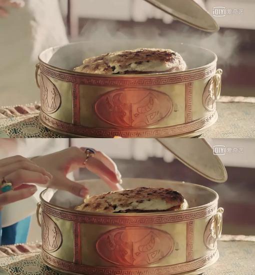 饼呈金黄色,奶香四溢,吃起来非常可口,是蒙古人喝奶茶时离不开的主粮。