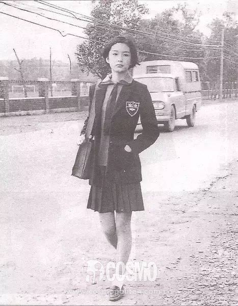 林青霞穿着制服百褶裙