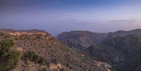 """阿曼苏丹国""""绿山安纳塔拉度假酒店""""俯瞰绿山峡谷的酒店外观远景"""