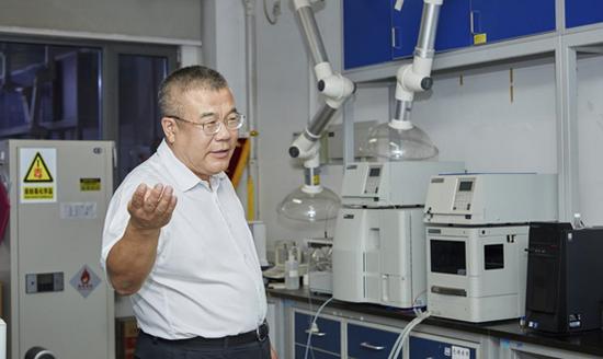 中科院化学研究所研究员、纳米实验室副主任王春儒带领参观实验室