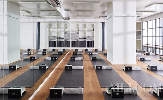 以木质地板结合简洁利落的白墙、斜角天窗未整个空间打造温暖舒服的感觉。