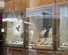 匪徒击毁橱窗玻璃抢1448万元珠宝