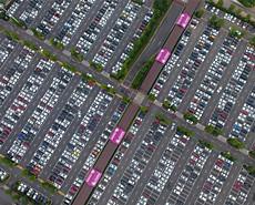 假期车辆爆棚 俯瞰停车场犹如电路板