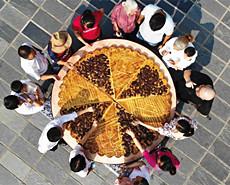 500斤巨型辣条月饼喜迎中秋
