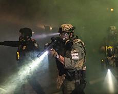 美国波特兰抗议恢复 警方与示威者冲突