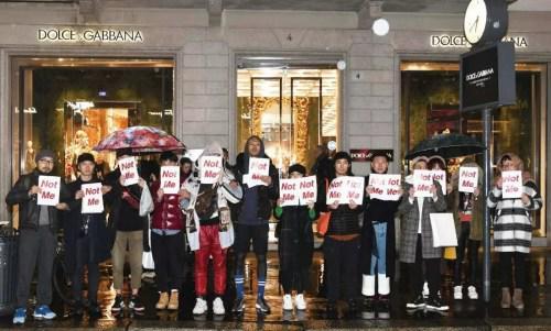"""当地时间21日晚,米兰华人手举""""Not Me""""标语,在D&G旗舰店门外发起无声抗议活动,曾数度与D&G合作的男模刘星宇亦(左六)在其中。(来源:《欧洲时报》记者夏晓彤摄)"""