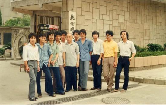 1987年夏,马云(左二)与先生、同学在杭州师范学院校门口相符影