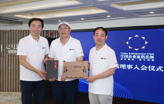 ▲王玉锁(右)与邓锋(左)为李革颁发证书和道农内刊