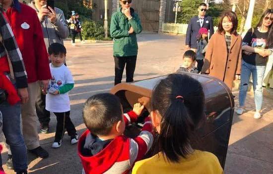 上海迪士尼会说话的智能垃圾桶