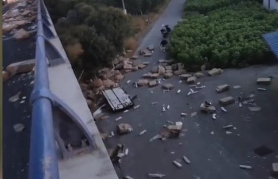 货主回应遇车祸7吨猪肉遭哄抢:保险公司无法理赔 已报警