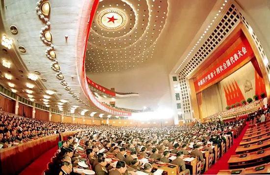 ▲1992年10月12日,中国共产党第十四次全国代外大会在北京人民大会堂隆重开幕